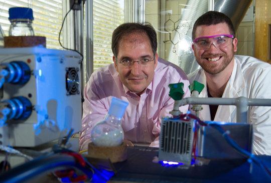 <p>Vom Abfall zum Malariamedikament - Prof. Peter H. Seeberger (links) und Dr. Kerry Gilmore vor ihrer Entwicklung - ein Photoreaktor, der kontinuierlich aus Abfall Artesunat und drei andere Medikamente produzieren kann.</p>