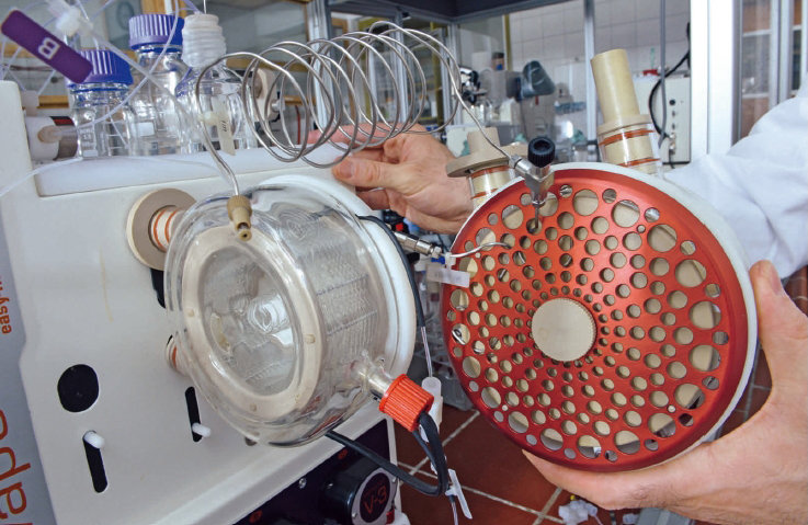 In flow synthesis, the chemical reactions take place in coiled microreactors. Temperatures of up to 250 degrees Celsius can be achieved in a high-temperature reactor (on the right of the photo).